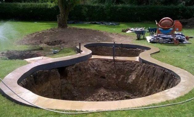 proses penggalian tanah untuk kolam koi